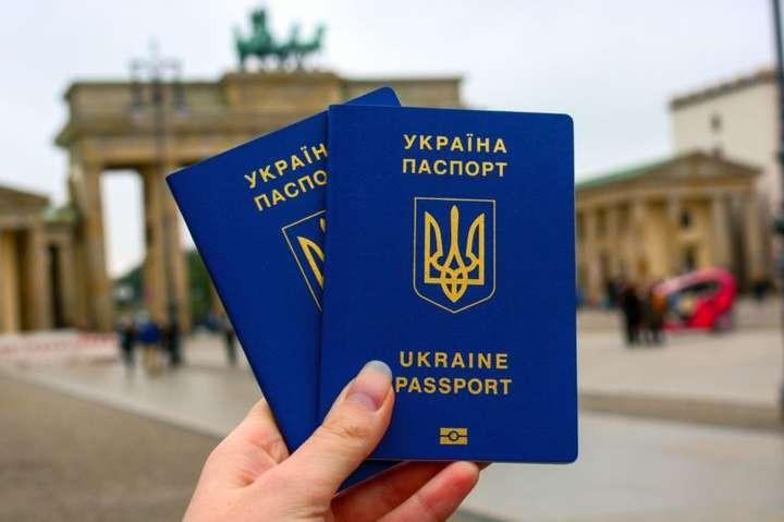 Українцям дозволять мати два паспорти