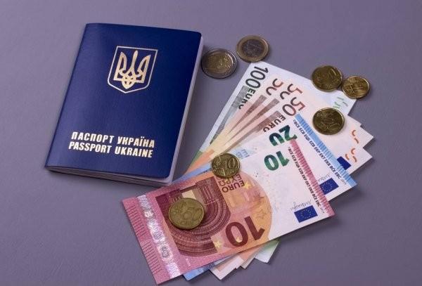 Українців, які працюють за кордоном, зобов'язали подавати звіт до податкової