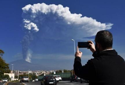 Вулкан Етна в Італії викинув стовп попелу на 12 кілометрів!